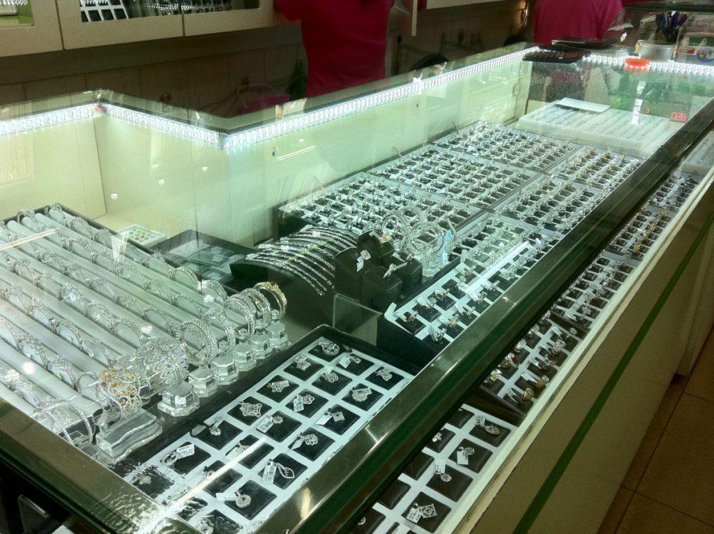 Thi công lắp đặt đèn led dây trang trí tủ kính