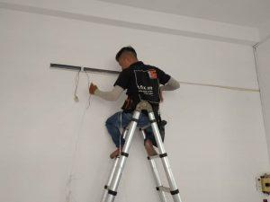 Thợ chuyên lắp đặt sửa chữa bóng đèn
