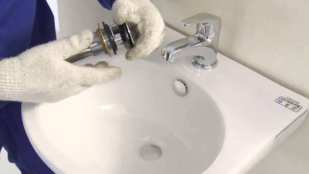 Thợ chuyên sửa chữa lắp đặt lavabo
